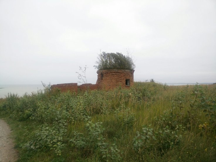 Raunioita Aserin betonitehtaalla meren rannassa