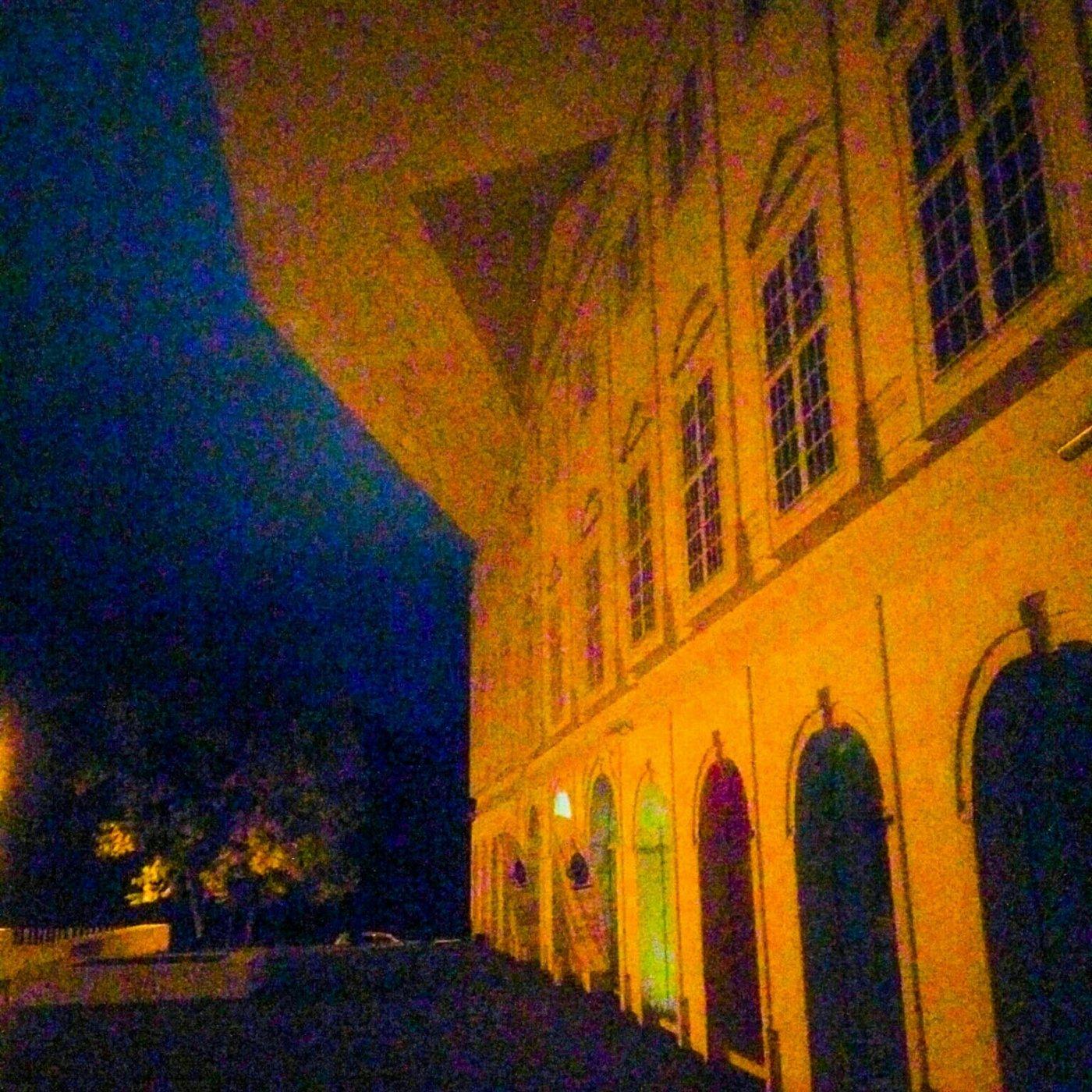 Tarton yliopiston Narvan yksikkö iltavalaistuksessa. Yksikössä koulutettaan opettajia